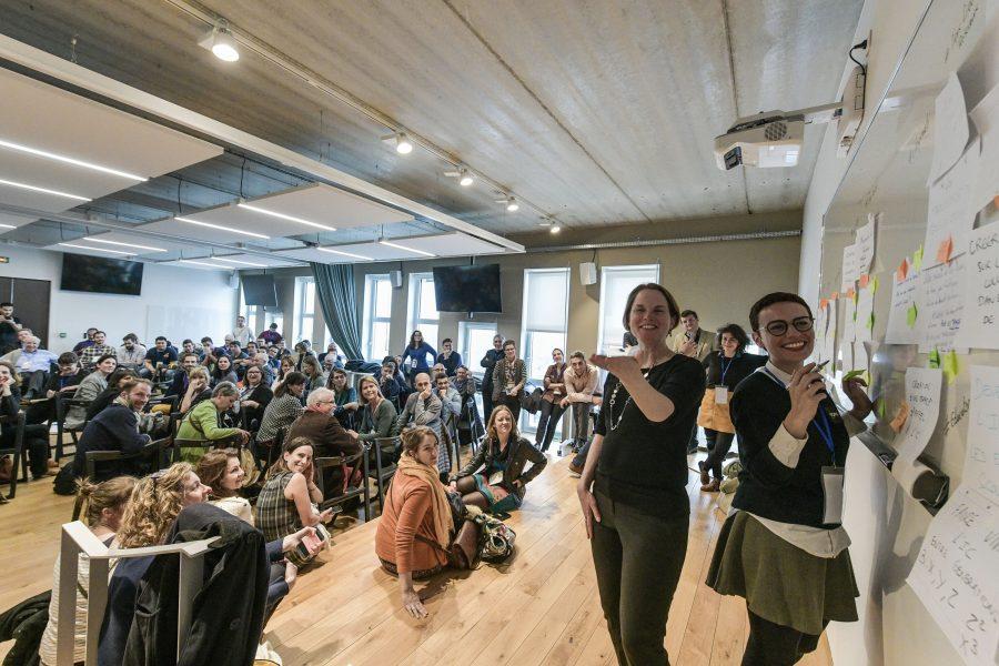 Les facilitatrices Marie-Gabrielle Favé et Alyssa Daoud lors de l'animation d'un Forum Ouvert à TOPIC